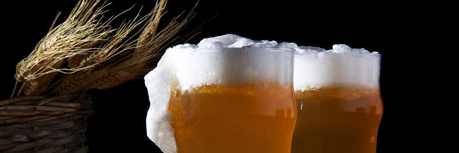 Dois copos de cerveja artesanal sobre fundo preto,imagem destaque de post do blog da Pousada dos Sonhos em Jurerê, Florianópolis.
