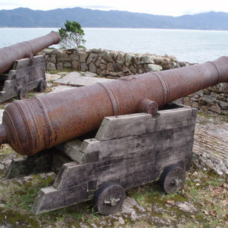 Ao lado de Jurerê, em Florianópolis, onde a Pousada dos Sonhos está localizada, se encontra a praia do Forte, chamado de Fortaleza de São José. Vista da praia com canhões em destaque.