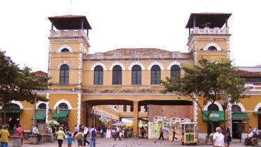 Diversas pessoas caminhando pelo mercado público de Florianópolis em Santa Catarina. Belo prédio no estilo açoriano, bem conservado, grande tesouro da cultura catarinense.
