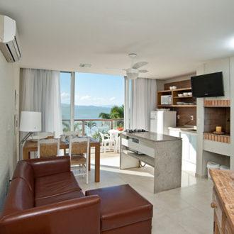 Acomodações amplas, de cores agradáveis, relaxantes, e a incrível vista para o mar e a praia de Jurerë. Uma esxtrutura completa e muito conforto para você e sua família só aqui na Pousada dos Sonhos!