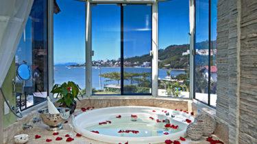 A Pousada dos Sonhos é o refúgio perfeito para os casais apaixonados; vista para o mar, uma banheira de hidromassagem particular com vista para o mar e disponibilidade de kits românticos para fazer desta experiência um momento de sonhos!