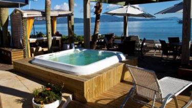 Deque de madeira, rústico e elegante, com banheira de hidromassagem de frente para o mar de Jurerê, e mais: serviço de bar completo para sua comodidade. Isso só na Pousada dos Sonhos!