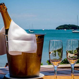 Celebração: aproveitar a vida e comemorar tal fato, uma garrafa de champagne, duas taças e um brinde a esta vista incrível e a oportunidade de se estar numa praia paradisíaca, realizado. O mero fato de gozar da vida é motivo suficiene para celebrar!