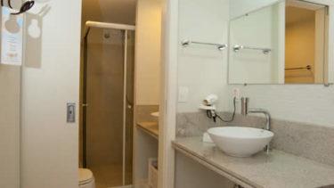 Banheiro completo do apartamento luxo na Pousada dos Sonhos, hospedagem à beira mar em Florianópolis, Santa Catarina!