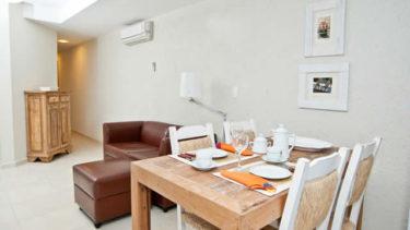 Mesa de jantar no estilo rústico que da um ar refinado a sua estadia em uma das praias mais famosas de Florianópolis, Jurerê! Você encontra isso na Pousada dos Sonhos.
