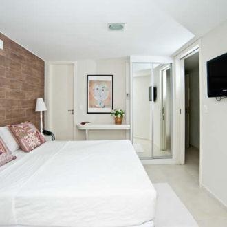 O quarto do apartamento luxo é amplo e bastante confortável, com portas em todas as suas aberturas permitindo transformar o quarto em um abiente privativo. Mais opções de escolha para você aqui, na Pousada dos Sonhos!