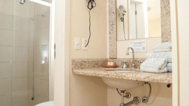 O banheiro no apartamento duplex na Pousada dos Sonhos é isolado da pia, permitindo seu uso mesmo quando alguém está ocupando o banheiro ou tomando banho.