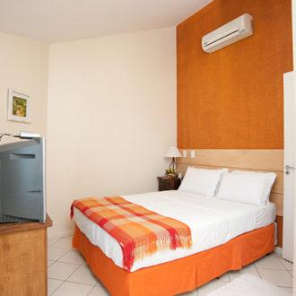 O quarto de casal do apartamento duplex da Pousada dos Sonhos é confortável e amplo, com televisão e ar condicionado. Passe momentos relaxantes aqui.