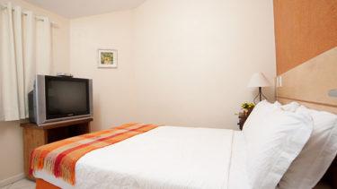 O quarto de casal do apartamento duplex na Pousada dos Sonhos também tem televisão a cabo, e ar condicionado.