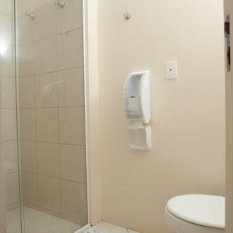 O banheiro é espaçoso e garante um banho com bastante conforto no apartamento superior duplex na Pousada dos Sonhos em Jurerê