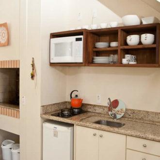 Preocupado com a necessidade de ferramentas para o seu churrasco de domingo? A Pousada dos Sonhos oferece cozinha completa no apartamento superior duplex, inlusive espetos e grelhas que devem ser retirados na recepção.