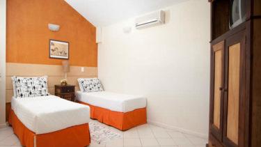 O quarto de solteiro do apartamento superior duplex na Pousada dos Sonhos conta com duas camas de solteiro que podem ser unidas e transformadas em uma cama de casal. Uma televisão a cabo se encontra na prateleira do armário, e a acomodação conta com um ar condicionado também.