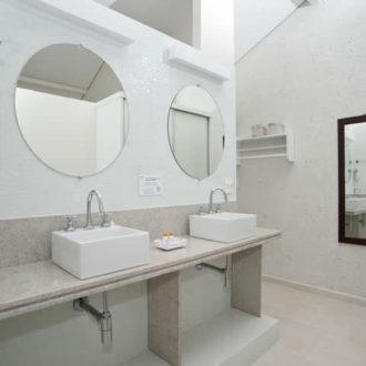 O banheiro da Cabana Super Luxo da Pousada dos Sonhos é completo e possui duas pias com espelhos próprios para que o casal não tenha que disputar o espaço ao se preparar para aproveitar um maravilhoso dia de sol na praia de Jurerê!