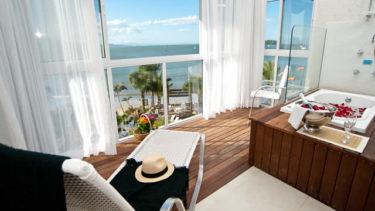 Imagine poder relaxar em uma banheira de hidromassagem com conforto e privacidade enquanto admira a bela vista do mar de Florianópolis. É exatamente isso que a Cabana Super Luxo da Pousada dos Sonhos oferece!