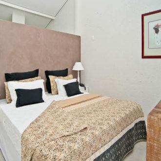 Detalhe da cama de casal da acomodação Cabana Super Luxo da Pousada dos Sonhos em Florianópolis. Requinte e privacidade em frente ao mar de Jurerê.