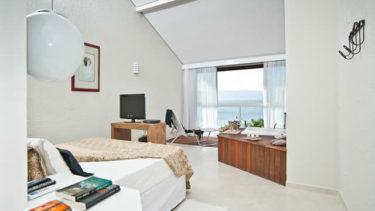 O quarto de casal da Cabana Super Luxo da Pousada dos Sonhos em Jurerê traz um requinte todo especial com uma banheira de hidromassagem com vista para a praia e o mar. Mesmo relaxando na cama vocâ ainda tem uma visão privilegiada do oceano!