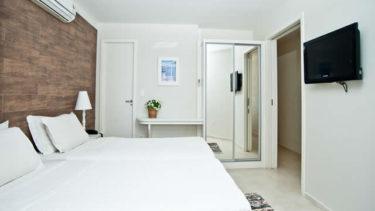Duas camas de solteiro que podem ser transformadas em uma cama de casal. .Closet com espelho d ecorpo inteiro, televisão a cabo, ar condicionado. Conforto à beira mar de Jurerê na Pousada dos Sonhos na acomodação Cabana Super Luxo