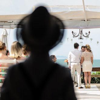 A câmera ainda presencia o casamento de longe, atrás dos convidados, em sombras, mas agora se aventura na tarde ensolarada, monstrando mais de decoração e os demais convidados banhados pelo sol desta tarde gentil em Jurerê, na estrutura da Pousada dos Sonhos, Florianópolis.