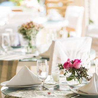 A Pousada dos Sonhos oferece uma estrutura completa para seu casamento, disponibilizando não apenas um local para a cerimônia, mas a festa também, tornando prático e cômodo para seus convidados ao elimiar a necessidade de se locomover, sempre estando próximo do mar e com a bela vista do horizonte de Florianópolis. Aqui vemos a área externa decorada e pronta para a janta, com uma bela mesa posta, arranjo floral, velas e um clima fenomenal!