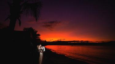Parece uma cena de cinema: noivos em um amoroso abraço, beijando de forma tão romântica, destacados por um facho de luz enquanto que todo o resto ao redor está banhando em sombras, o por do sol queimando nos seus últimos momentos no horizonte, ao fundo, delimitando o mar e a praia de Jurerê, em Florianópolis. Um momento mágico, intensificado pelas oportunidades que sua estadia na Pousada dos Sonhos proporciona!