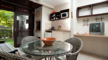 Com uma cozinha completa, o Flat Atlântico da Pousada dos Sonhos oferece a comodidade de uma experiência de lar longe de casa.