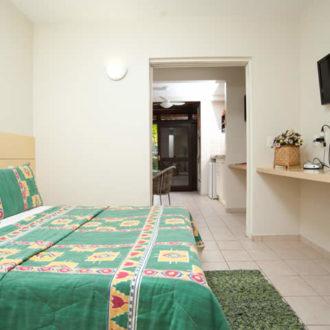 O Flat Atlântico possui um quarto com cama de casal. Um apartamento pequeno e aconchegante com a conveniência do acesso a estrutura da Pousada dos Sonhos à beira da praia de Jurerê, Florianópolis!