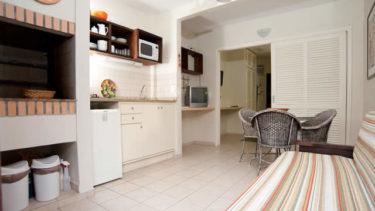 O Flat Atlântico na Pousada dos Sonhos possui churrasqueira interna para que você tenha seu churrasco de domingo na privacidade e comodidade da sua própria acomodação, assim como um sofá cama para receber um convidado extra ou membro de sua família.