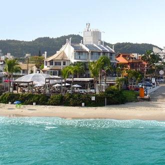 O mar azul-verde, uma brisa deliciosa e uma pousada com estrutura completa bem à beira do mar de uma das mais badaladas praias de Florianópolis: Jurerê. Você tem tudo isso aqui na Pousada dos Sonhos!