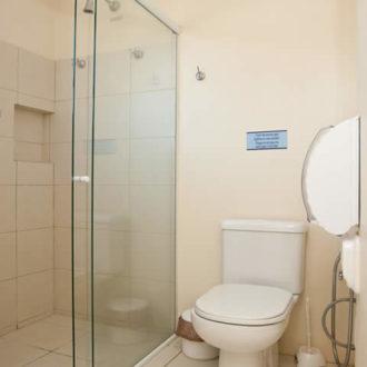 Banheiro do apartamento luxo duplex da Pousada dos Sonhos. Completo e espaçoso, tudo isso à beira do mar!