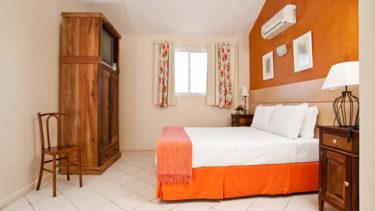 Um armário rústico decora o interior do quarto de casal do Apartamento Duplex Luxo na estrutura à beira mar de Jurerê da Pousada dos Sonhos em Florianópolis.