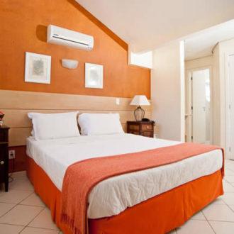 O quarto de casal do Apartamento Luxo Duplex na Pousada dos Sonhos tem ar condiconado e televisão à cabo. Tudo isso com a estrutura da Pousada dos Sonhos.
