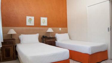 Quarto de solteiro do Apartamento Luxo Duplex na estrutura da Pousada dos Sonhos em Jurerê, Florianópolis. Duas camas disponiveis.