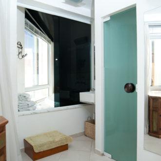 O banheiro da Cabana Luxo tem bela vista e banheira de hidromassagem para tornar seus momentos em Florianópolis ainda mais agradáveis.