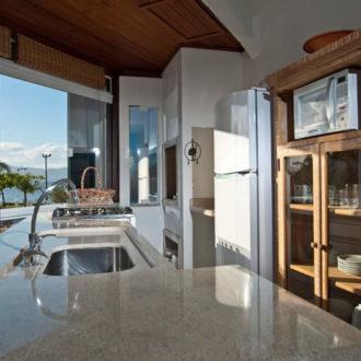 A Cabana Luxo da Pousada dos Sonhos em Florianópolis possui cozinha completa caso você queira preparar sua própria comida durante suas férias!