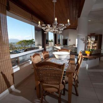 Uma ampla mesa de jantar aguarda você e e sua família na Pousada dos Sonhos para que tenha o conforto e praticidade de se sentir em casa em um lugar paradisíaco como a praia de Jurerê em Florianópolis.