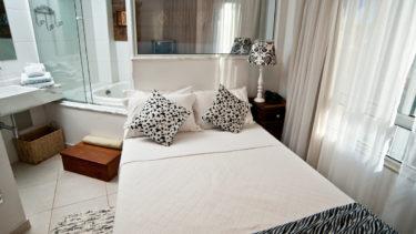 O quarto de casal da Cabana Luxo da Pousada dos Sonhos é conveniente e oferece acesso direto à banheira de hidromassagem.