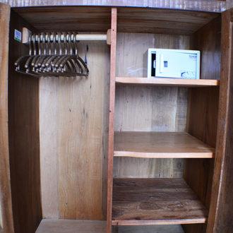 Armário no quarto do flat Alexandrina 1 Quarto da Pousada dos Sonhos em Jurerê, Florianópolis. Diversas prateleiras, cofre e cabides para sua conveniência.