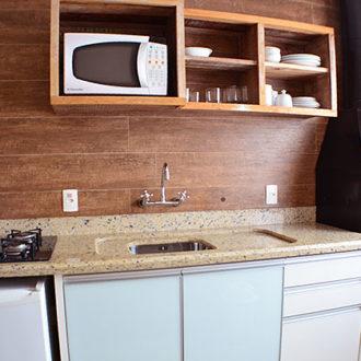 Cozinha do Flat Alexandrina 1 Quarto da Pousada dos Sonhos em Jurerê. Microondas, balcão de graino, fogão, frigobar e diversos utensílios para que sinta em casa longe de casa.
