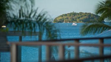 Coqueiros, o mar azul e a ilha do Francês na distância... uma bela vista de uma das janelas do apartamento luxo na Pousada dos Sonhos em Jurerê, Florianópolis!