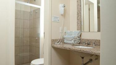 Vista geral do banheiro do apartamento térreo com hidromassagem da Pousada dos Sonhos em Jurerê, Florianópolis