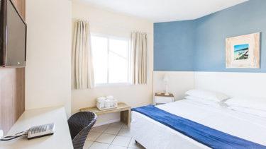 Ótima iluminação, cores claras criam um clima aconchegante e de relaxamento do Apartamento Vista Lateral na Pousada dos Sonhos em Jurerê, Florianópolis!