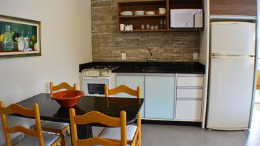 O Flat Alexandrina 3 quartos da Pousada dos Sonhos tem cozinha completa com microondas, fogão, geladeira e utensílios gerais de cozinha para que você se sinta mais em casa possível nas suas férias em Jurerê!