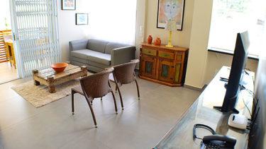 Destaque da sala de estar do flat Alexandrina 3 quartos da Pousada dos Sonhos, completa com televisão a cabo, internet wi-fi, telefone, muita luz natural e muito conforto!